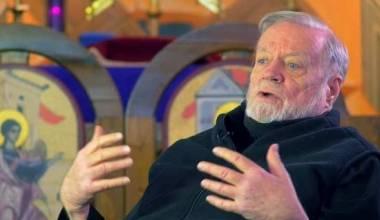 Jo maskë në Kishë! – Episkopi merr përgjigje të përshtatshme nga At Patrik Henri Rirdon