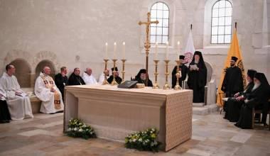 ECUMENISMO: Anciãos do Monte Athos em um Monastério Católico, Orando com o Patriarca Bartolomeu junto com Monges Católicos