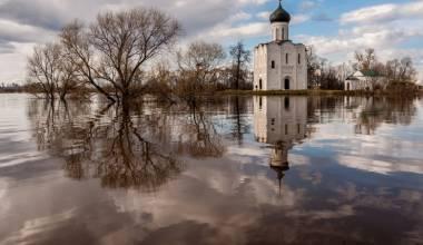 Cette célèbre église russe vieille de 850 ans semble flotter sur un fleuve (église sur la Nerl)