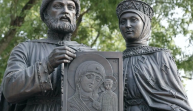 Pilgrims Flock to Moscow to Honor the Patron Saints of Family Values (Peter and Fevronia)
