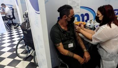 Kjo është jeta nga tani e tutje: Cari izraelit i koronavirusit paralajmëron njerëzit të përgatiten për injektimin e katërt të vaksinës së kovidit