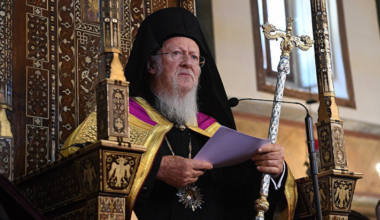 Duke marrë rolin e Papës, patriarku i Kostandinopojës dëshiron tani të sundojë mbarë Kishën në gjithë botën