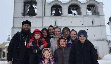 Православный священник из США с женой и восемью детьми переехал в Россию (Ростов Великий) - Интервью