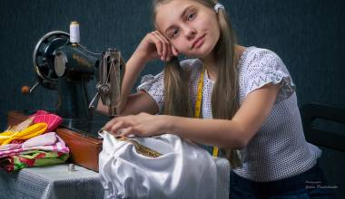 Putin Gives Grant, Provides Sewing Machines for Single Moms