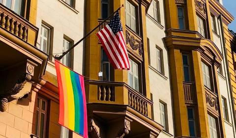 """Ambasada amerikane në Moskë valëvit sfidueshëm flamurin e ylberit të paradës së  """"krenarisë"""" së LGBT-së"""