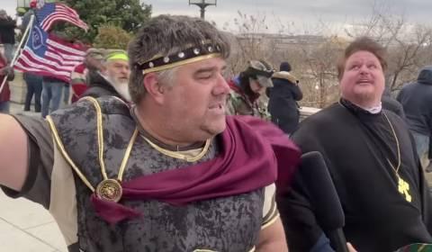 INJUSTICIA: Sacerdote Ortodoxo suspendido de sus responsabilidades sacerdotales por haber asistido el mitin pro-Trump del 6 de enero