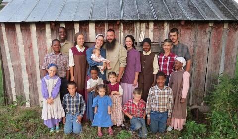 Familje e krishterë me 14 fëmijë lë Amerikën dhe shpërngulet në Rusi