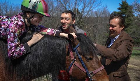 Orthodox Priest Opens Hippotherapy Center in Russian Village (PHOTOS)