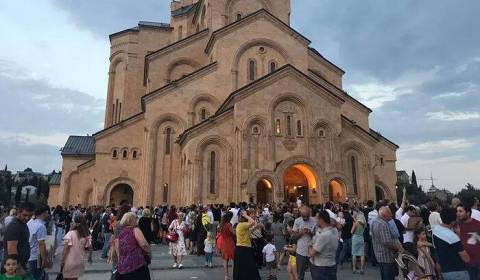 O Patriarca Elias se Torna o Padrinho de Mais de 700 Crianças no 63º Batismo em Massa