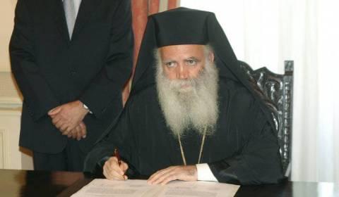 Bispo Ortodoxo Grego Detido por Manter Igreja Aberta para Culto