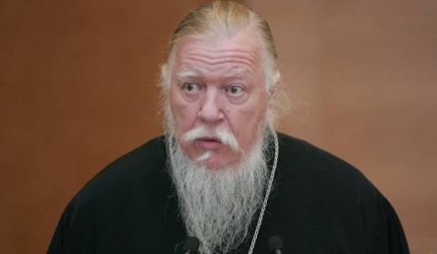 Rusia zemerohet ndërsa prifti i famshëm shpall të vërtetën: 'Të jetosh me një burrë pa qenë i martuar? Ju jeni një prostitutë e papaguar'