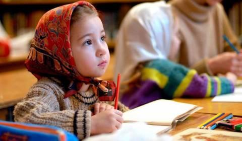 Legislador ruso: enseñar la etiqueta del siglo XIX en las escuelas públicas