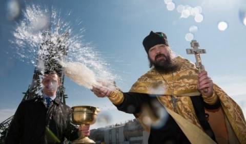 [Image: priest_holy_water_01.jpg?itok=MtOnkFd5&a...6834adadd1]